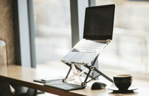 【2021年】PCスタンドを使うメリットはこんなに多い!作業効率を上げる簡単な方法。