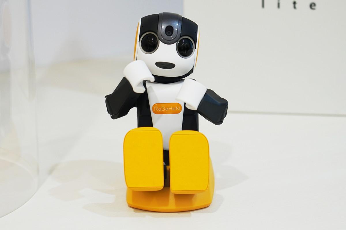 生活を変えるロボット「ロボホン」。未来はすぐそこまで来ている。