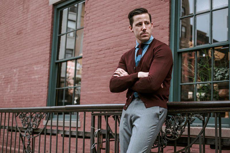 ビジネスシーンで使えるシャツの上から羽織りたいカーディガン。オフィスでも活躍間違いなし!