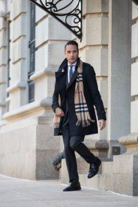 【2019年冬版】スーツ・コートに合うマフラーの選び方とは?黒色系アウターにベストな商品を紹介!